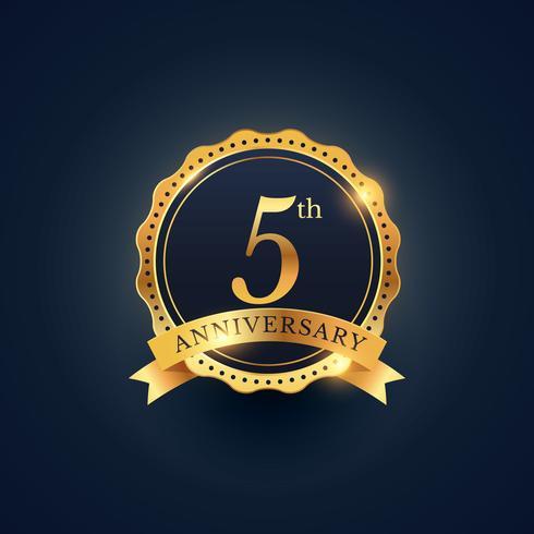Etiquette de badge de célébration du 5ème anniversaire de couleur dorée