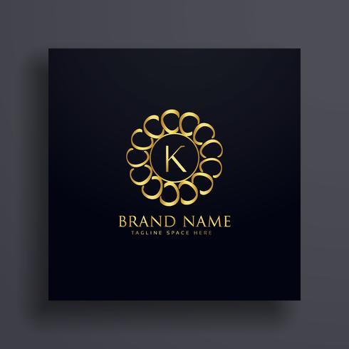 Concepto de diseño de logo dorado de letra K premium