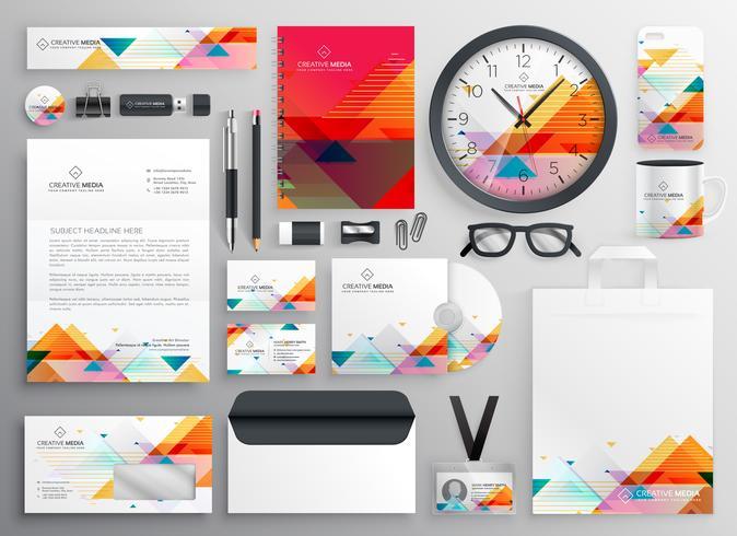 ensemble moderne d'articles de papeterie de marque avec des formes abstraites
