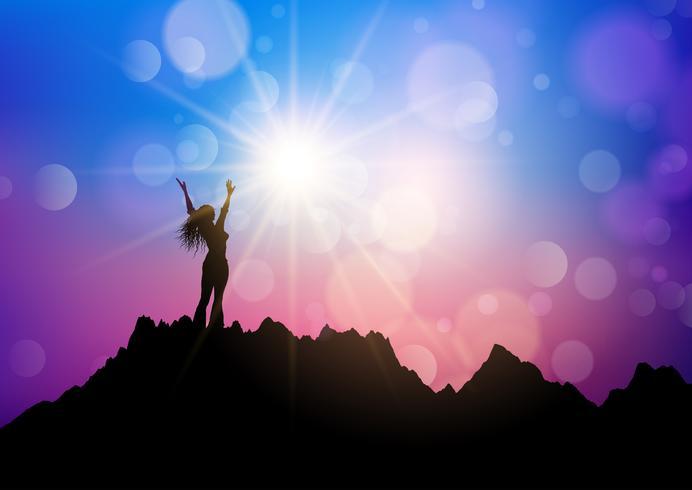Fêmea em uma paisagem de montanha com os braços levantados em alegria vetor