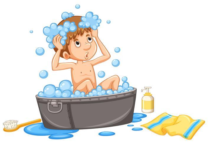 Garçon prenant un bain à bulles dans la baignoire