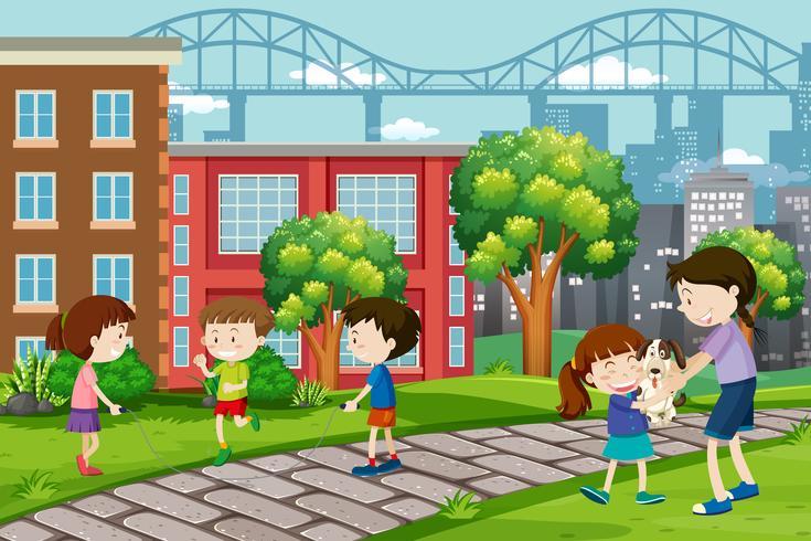 Kinderen die bij stedelijk park spelen