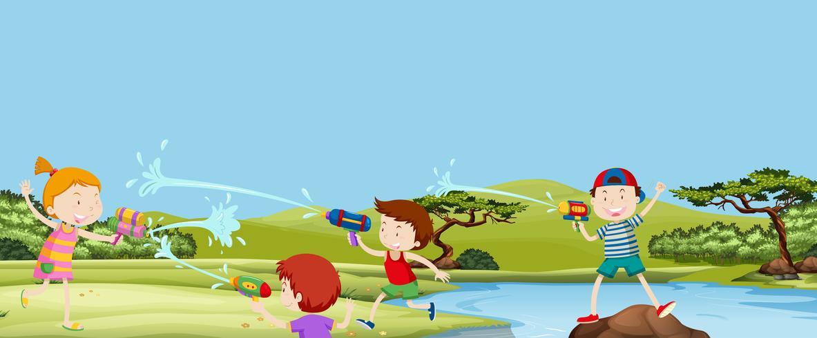 Vier kinderen spelen watergun in park