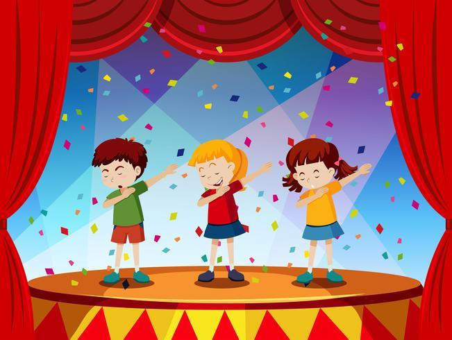 Gruppe von Kindern auf der Bühne durchführen