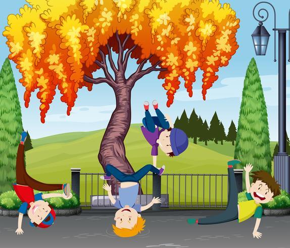 Vier Kinder tanzen im Park