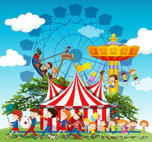 Banda marchando en desfile en el circo.