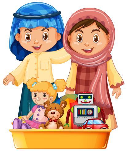Niños musulmanes y juguetes en bandeja.