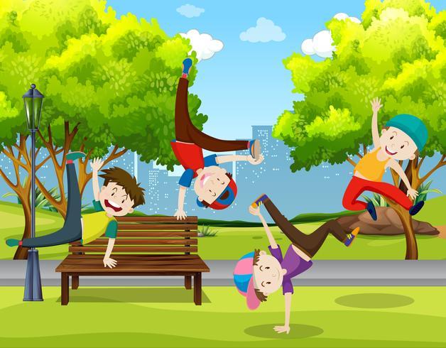 Pojkar dansar i parken