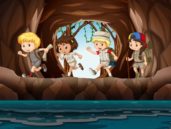 Exploradores de niños pequeños explorando una cueva
