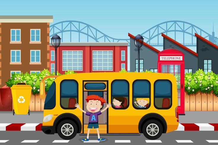 Rapaz infront de cena de ônibus escolar