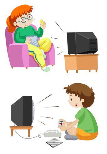 La gente ve la televisión y juega juegos.