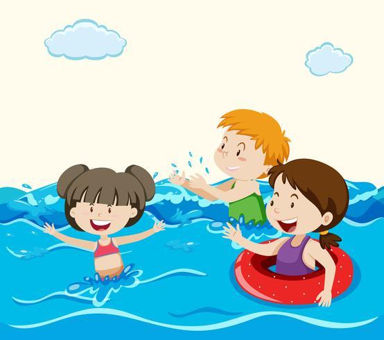 I bambini che nuotano nel mare