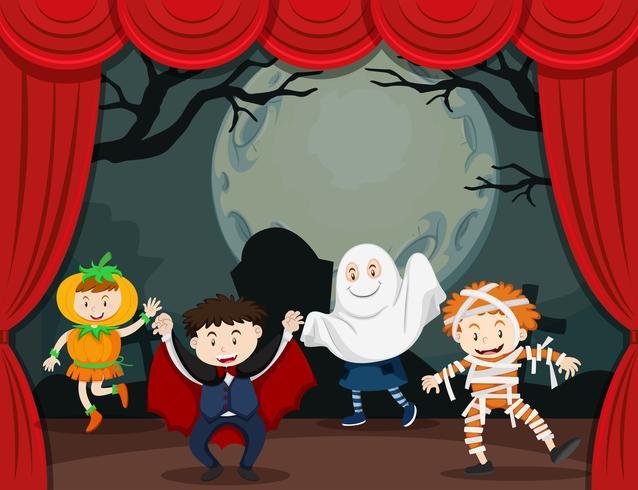 Niños disfrazados de halloween en el escenario.