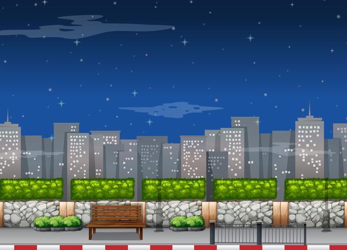 Stadsplats med höga byggnader på natten