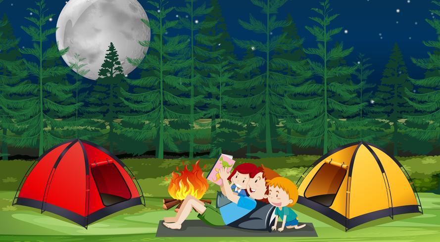 En familj camping i skogen