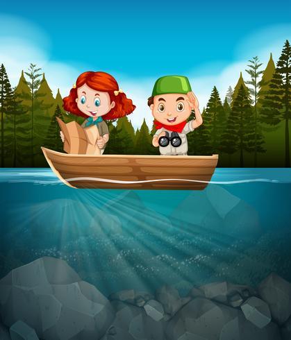 Boy and girl scout en el bote de madera