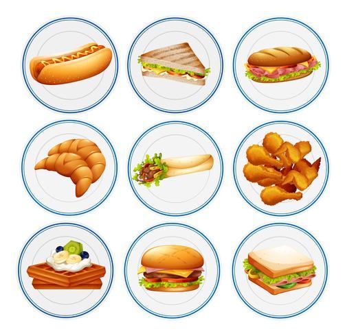 Verschiedene Arten von Speisen auf Tellern