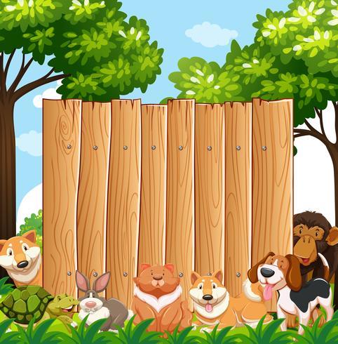 Tavola di legno con animali selvatici in giardino