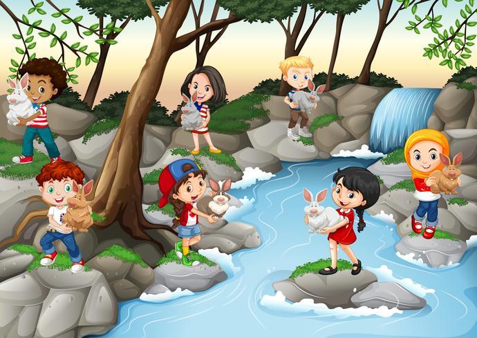 Kinder, die Spaß am Wasserfall haben