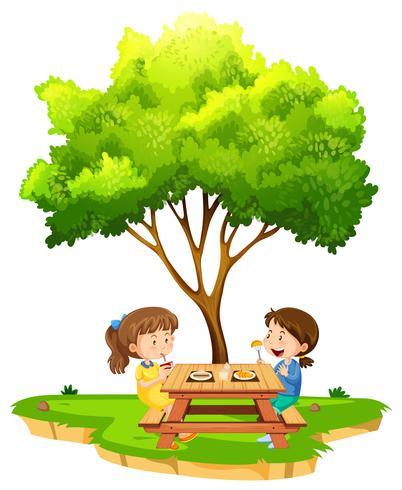 Duas meninas, comer, sob, um, árvore