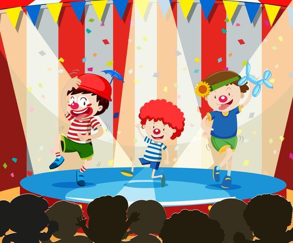 Il clown dell'albero si esibisce sul palco