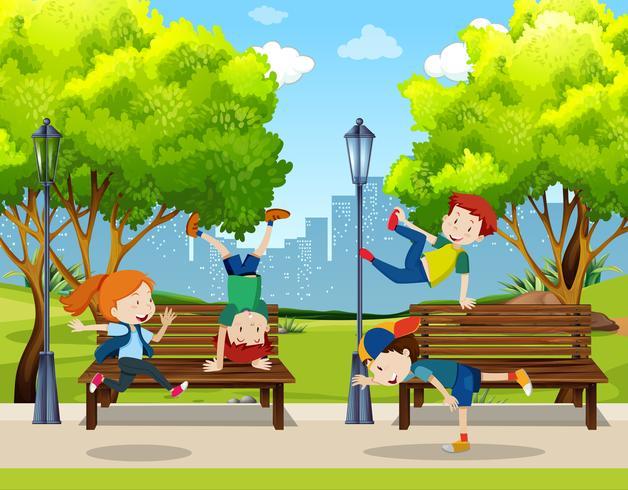 I bambini praticano il ballo di strada al parco vettore