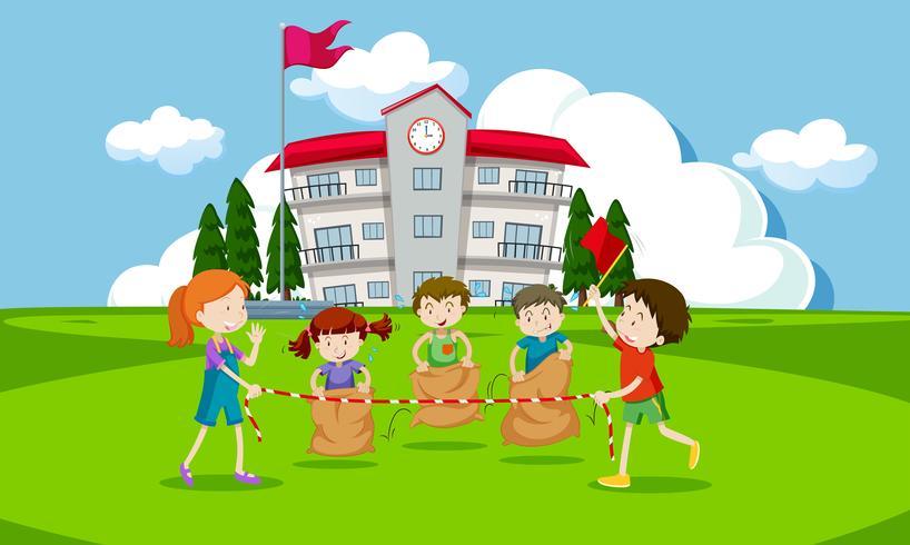Junge Kinder, die ein Kartoffelsackrennen haben