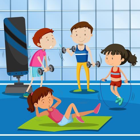 La gente hace ejercicio en el gimnasio.
