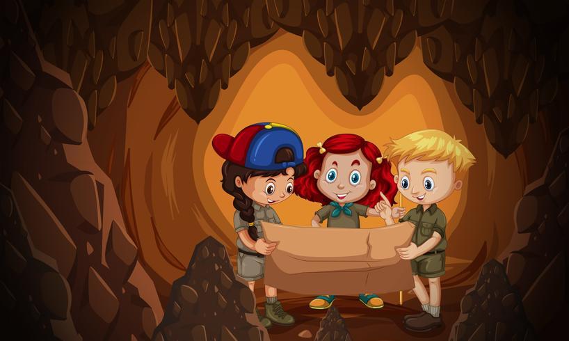 Eine Gruppe von Kindern, die eine Höhlenkarte lesen