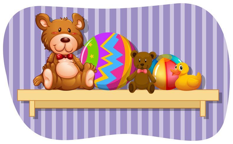 Teddybears e palle sullo scaffale in legno