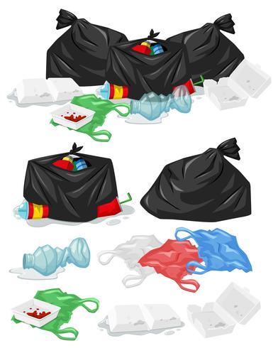 Muitas pilhas de lixo com sacos de plástico e garrafas