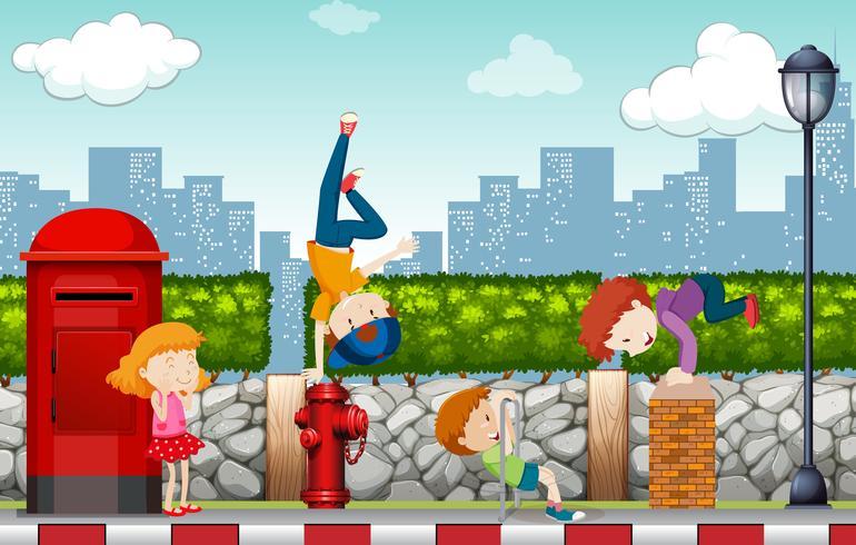Les enfants jouent du côté de la rue