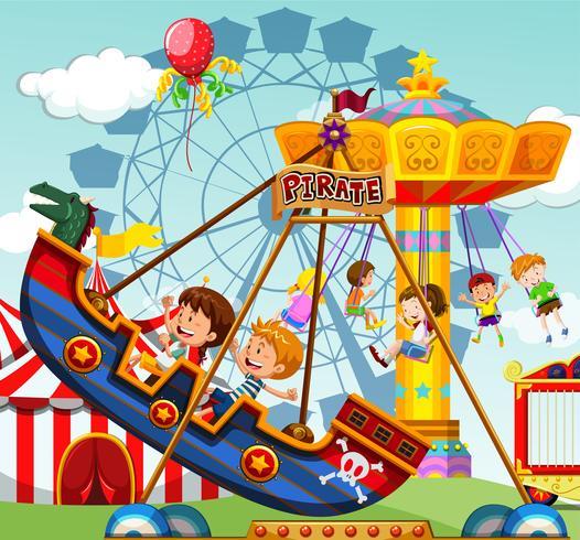 Bambini che cavalcano in giostre al luna park
