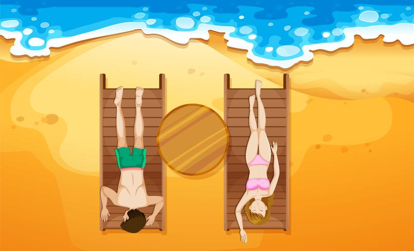 Menschen, die am Strand ein Sonnenbad nehmen