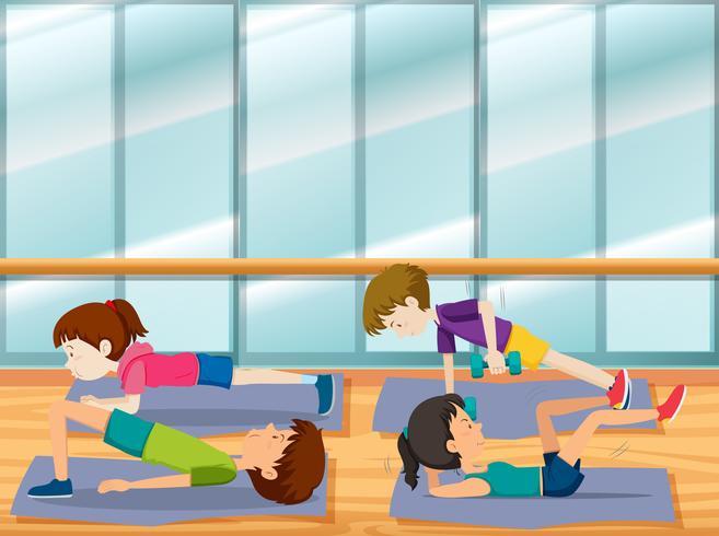 Människor tränar på gymmet
