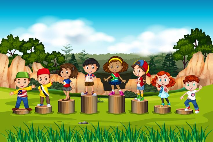 Internationale Kinder auf dem Holzständer