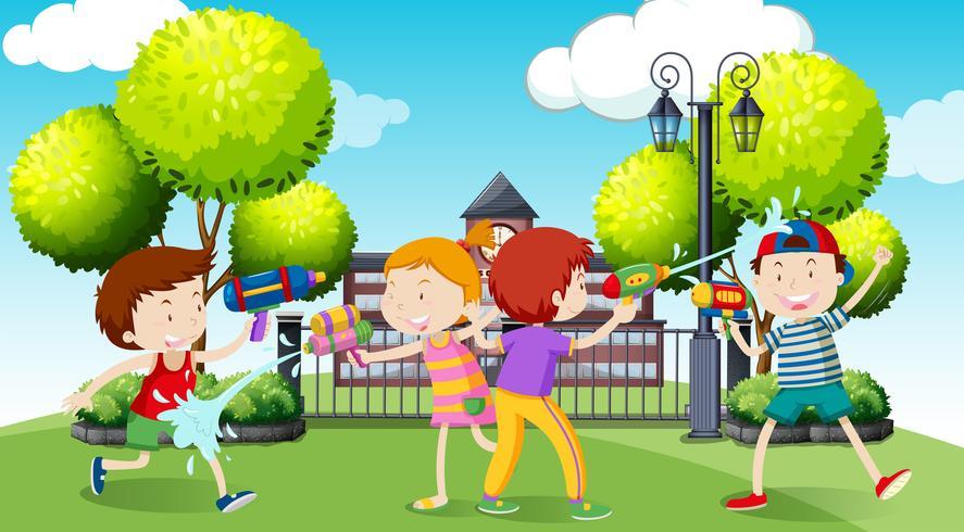 Kinder, die Wasserwerfer im Park spielen