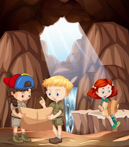Kinder erkunden eine Höhle