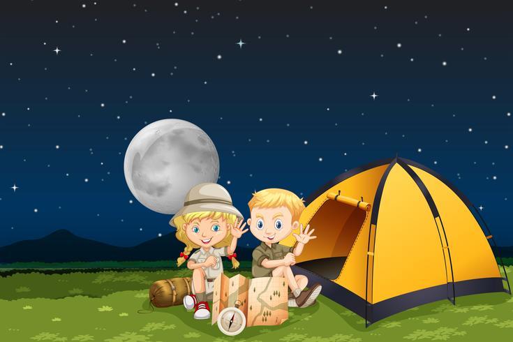 Niños acampando en la noche