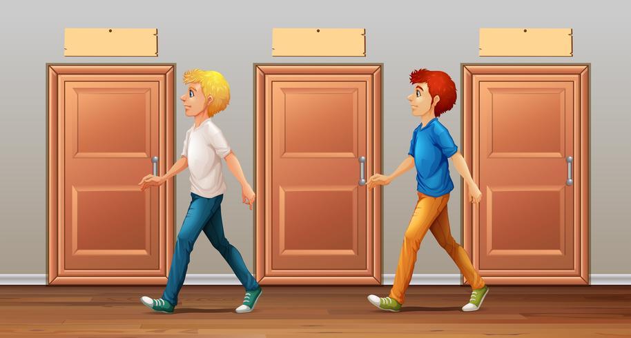 Två män går längs korridoren