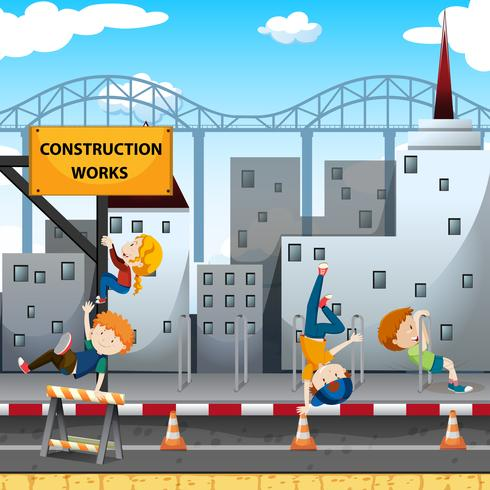 Menschen spielen bei den Bauarbeiten