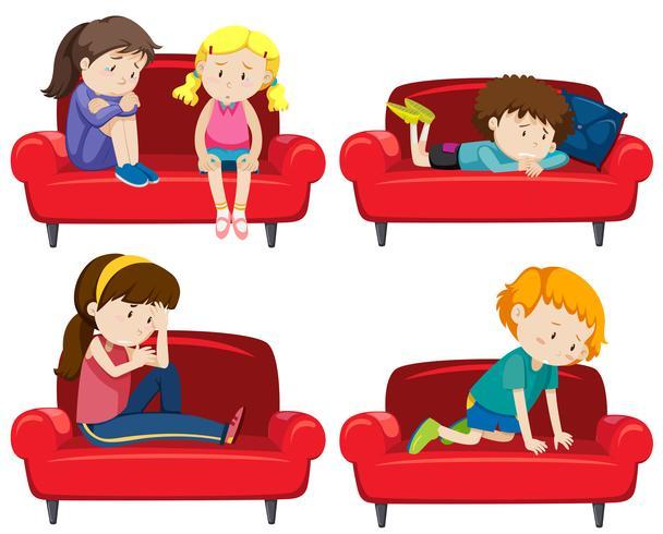 Ensemble d'enfants déprimés sur un canapé vecteur