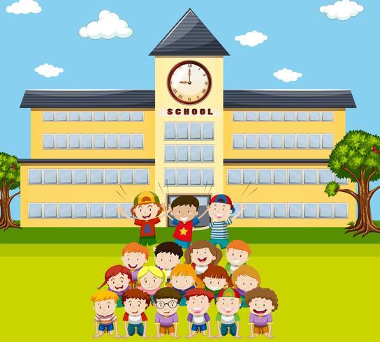 Los niños hacen pirámide humana en la escuela. vector