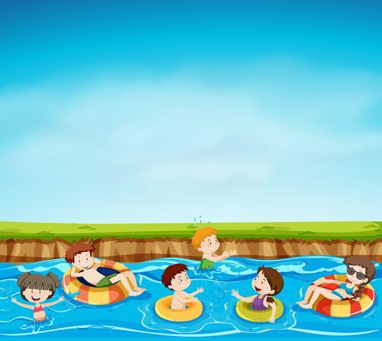Gruppo di bambini che giocano nel lago