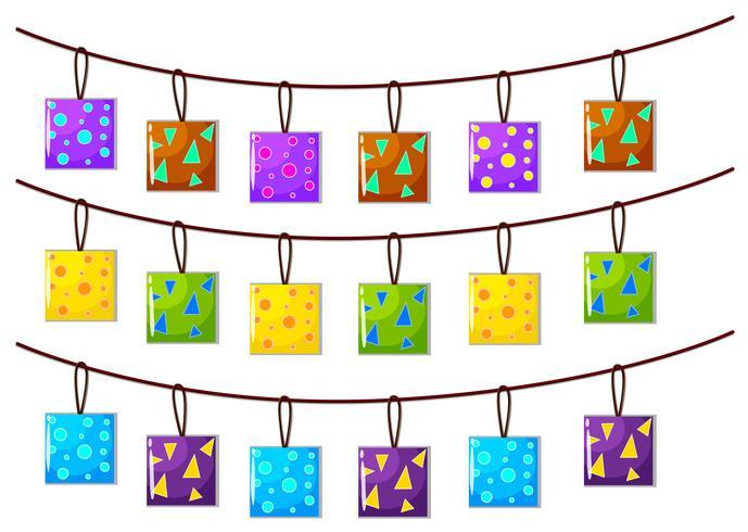 Kvadratiska prydnader hängande på repet