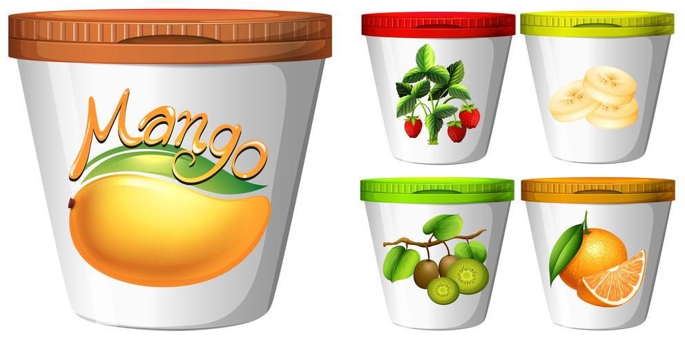 Cinq tasses de yaourt aux fruits