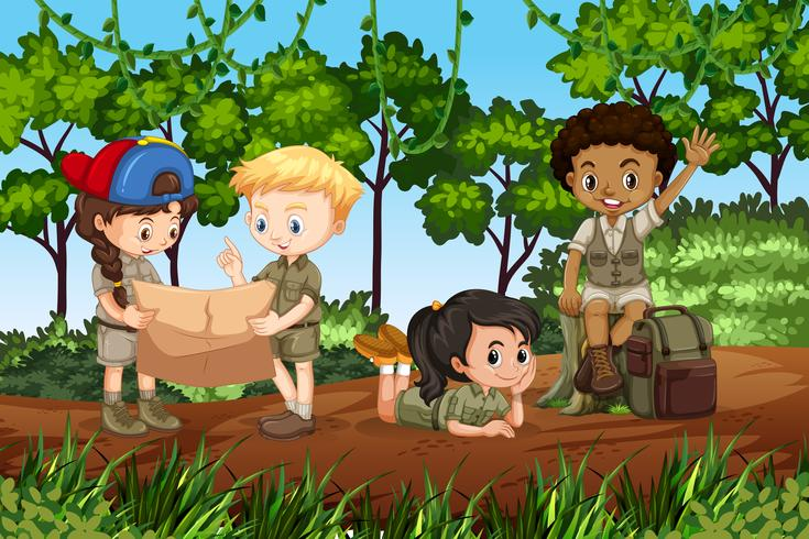 Kinder, die im Wald zelten