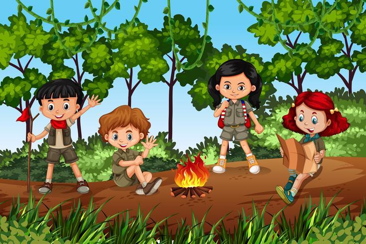 Enfants campant en forêt