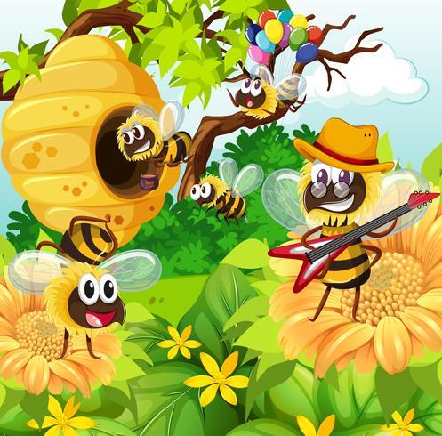 Bees som flyger runt bikupa i trädgården