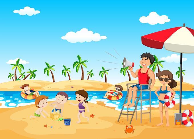 Rettungsschwimmer auf dem Strand, der Megaphon hält